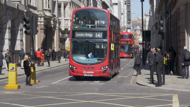 traffic on moorgate. london buses and taxis passing by. - doppeldeckerbus stock-videos und b-roll-filmmaterial