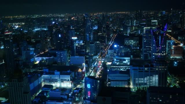 verkehr in der nacht mit wolkenkratzern in der stadt - bangkok stock-videos und b-roll-filmmaterial