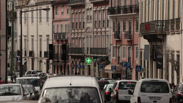 ws traffic on old town street / lisbon, portugal - campo totale video stock e b–roll