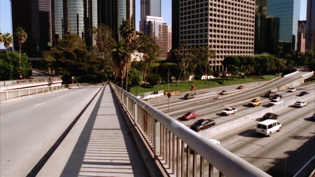 t/l, ms, pan, traffic on overpass and highway, office buildings in background, los angeles, california, usa  - fan palm tree stock videos & royalty-free footage