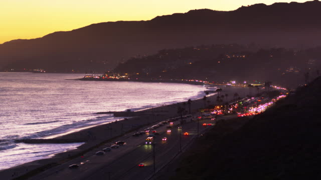 vídeos de stock e filmes b-roll de traffic on pacific coast highway in pacific palisades at sunset - aerial shot - santa monica