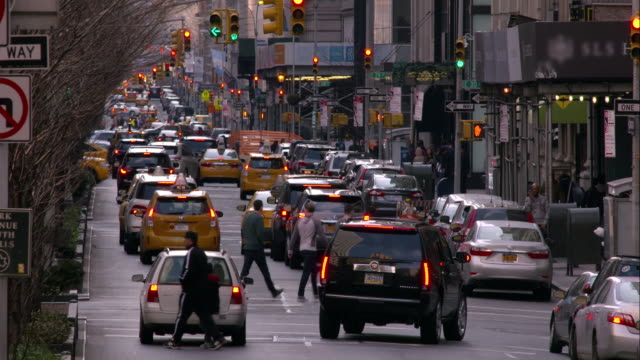 traffic on park avenue south at 33rd street in manhattan - viewpoint stock-videos und b-roll-filmmaterial
