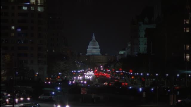 vídeos de stock, filmes e b-roll de ws, traffic on pennsylvania avenue at night, capitol building in background, washington dc, usa - pennsylvania avenue
