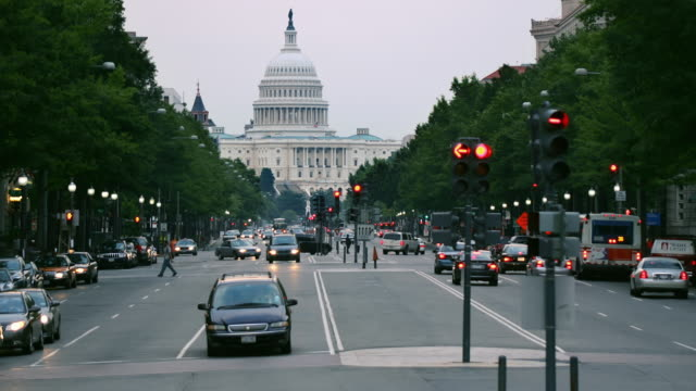 vídeos de stock e filmes b-roll de t/l ws traffic on pennsylvania avenue with capitol in background, day to night / washington d.c., usa - capitol hill