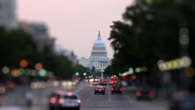 vídeos de stock e filmes b-roll de t/l ws selective focus traffic on pennsylvania avenue with capitol in background, dusk / washington d.c., usa - capitol hill