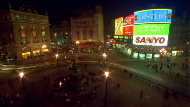 t/l, ha, traffic on piccadilly circus at night, london, england - nachtleben stock-videos und b-roll-filmmaterial