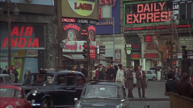 1966 ws zi zo traffic on piccadilly circus / london, united kingdom - 1966 stock-videos und b-roll-filmmaterial