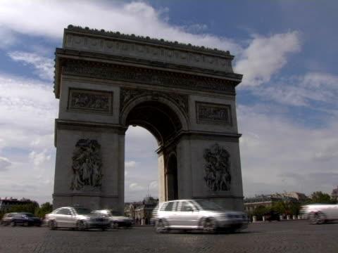 vidéos et rushes de ws, traffic on place de l'etoile in front of arc de triomphe, paris, france - arc élément architectural