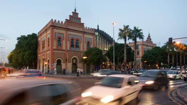 ms, t/l, traffic on plaza de armas at twilight, seville, andalucia, spain - solfjäderspalm bildbanksvideor och videomaterial från bakom kulisserna