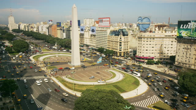 vídeos de stock e filmes b-roll de t/l, ws, ha, traffic on plaza de la republica  with obelisk, buenos aires, argentina - avenida 9 de julio