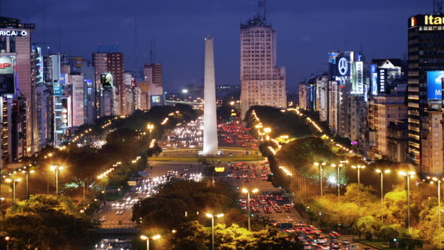 t/l, ws, ha, traffic on plaza de la republica  with obelisk, day to night, buenos aires, argentina - avenida 9 de julio stock-videos und b-roll-filmmaterial