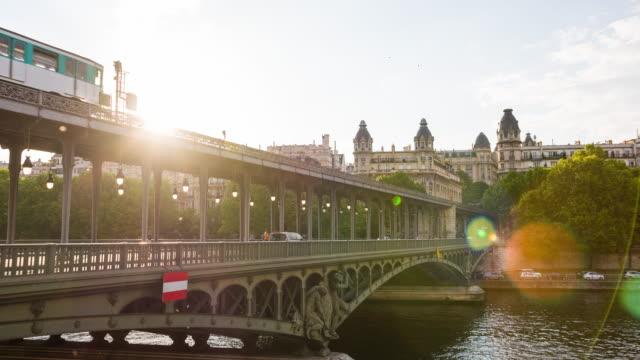 vidéos et rushes de circulation sur le pont de bir-hakeim pont franchissant la seine à paris - transports publics