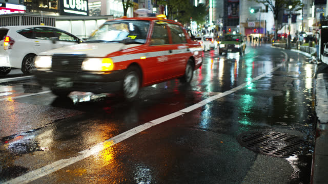 traffic on rainy night in tokyo - 移動中点の映像素材/bロール