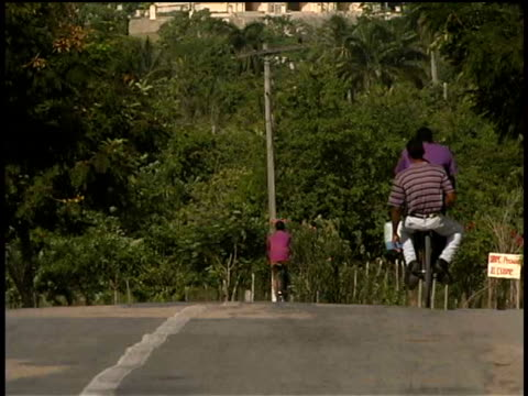 vídeos y material grabado en eventos de stock de ms, tu, traffic on road and nuestra senora de la caridad del cobre, santiago de cuba  - sólo hombres jóvenes