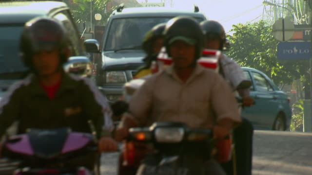 vídeos de stock e filmes b-roll de ms traffic on road / bali, indonesia - capacete moto