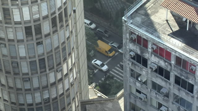 vídeos de stock, filmes e b-roll de ws traffic on road in city with buildings in foreground / sao paolo, brazil - passagem de pedestres