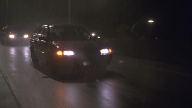 vídeos de stock e filmes b-roll de pov ws traffic on road in rain at night - cabina de portagem