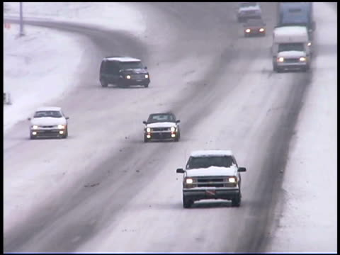 vidéos et rushes de traffic on road in winter - glisser