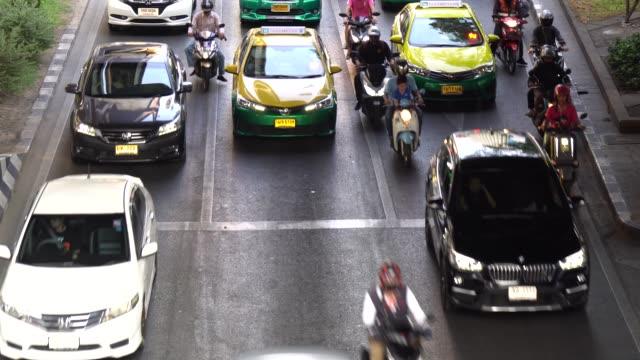 verkehr auf der straße rush hour in der asiatischen hauptstadt bangkok, eine menge auto. - high dynamic range imaging stock-videos und b-roll-filmmaterial