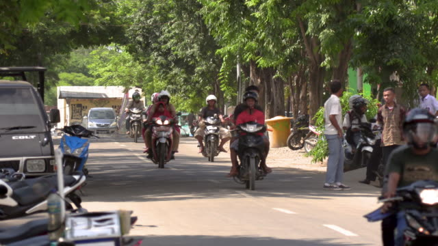 ws traffic on road with cars and motorcycles, labuan bajo, flores island, east nusa tenggara, indonesia - フロレス点の映像素材/bロール