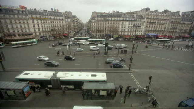 ws ha traffic on roundabout, paris, france - バス停留所点の映像素材/bロール