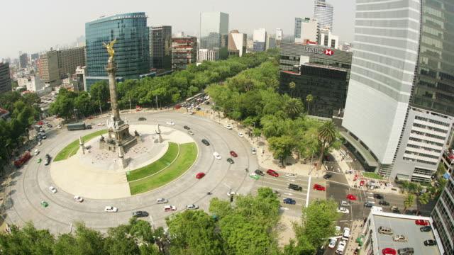 vídeos de stock, filmes e b-roll de t/l, ha, ms, traffic on roundabout with angel of independence, mexico city, mexico  - monumento da independência paseo de la reforma