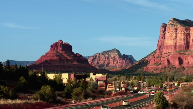 vídeos de stock, filmes e b-roll de t/l ws traffic on rural highway with red rocks in background, sedona, arizona, usa - sedona