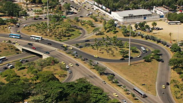 t/l, ws, ha, traffic on santos dumont roundabout, rio de janeiro, brazil - fan palm tree stock videos & royalty-free footage
