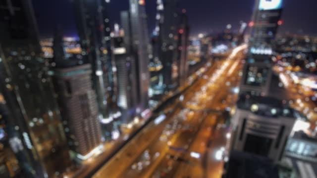 ws t/l traffic on sheikh zayed road at night / dubai, united arab emirates - aufblenden stock-videos und b-roll-filmmaterial