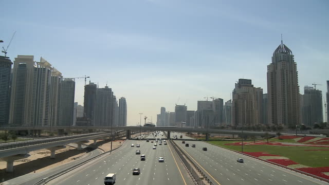 WS PAN Traffic on Sheikh Zayed Road, Dubai Marina skyline in background / Dubai, United Arab Emirates