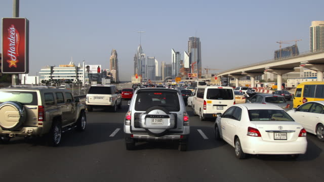 t/l traffic on sheikh zayed road / dubai, united arab emirates - breitwandformat stock-videos und b-roll-filmmaterial