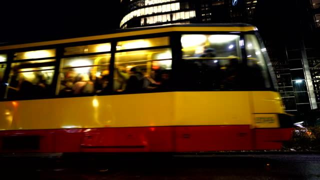 vidéos et rushes de circulation sur l'avenue de la solidarité à varsovie, pologne - culture de l'europe de l'est