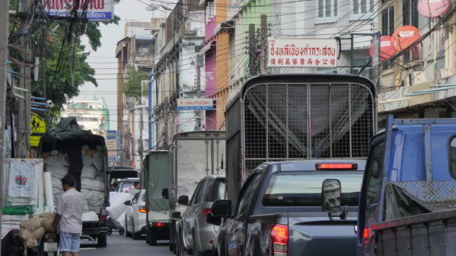 traffic on song sawat road, chinatown, bangkok, thailand, southeast asia, asia - risciò a motore video stock e b–roll
