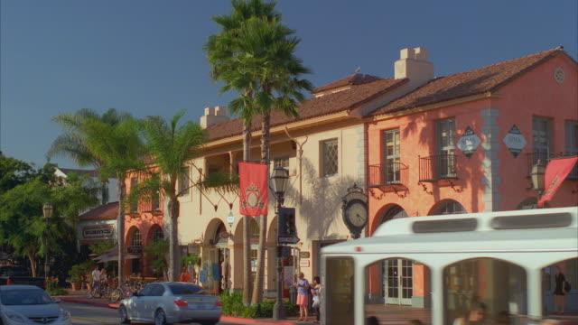 vídeos y material grabado en eventos de stock de ws traffic on state street, central historic santa barbara / california, usa - santa bárbara