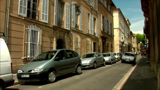 vídeos de stock, filmes e b-roll de ms td traffic on street / aix-en-provence, provence, france - aix en provence