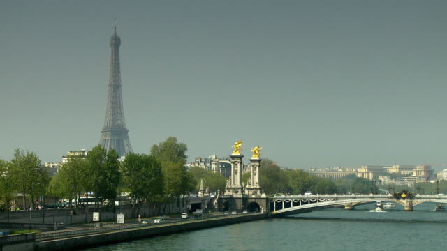 stockvideo's en b-roll-footage met ws ha traffic on street along sine river and pont alexandre iii, eiffel tower in background, paris, france - international landmark
