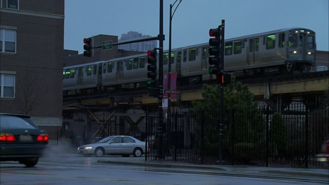 ws ts traffic on street and elevated train at dusk / chicago, illinois, usa - chicago elevated stock-videos und b-roll-filmmaterial