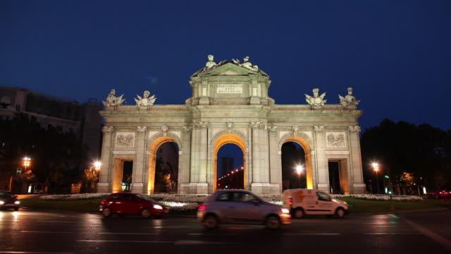 WS Traffic on street and Puerta de Alcala at dusk / Madrid, Spain