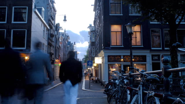 stockvideo's en b-roll-footage met t/l, ws, traffic on street at dusk, amsterdam, north holland, netherlands - stadsdeel
