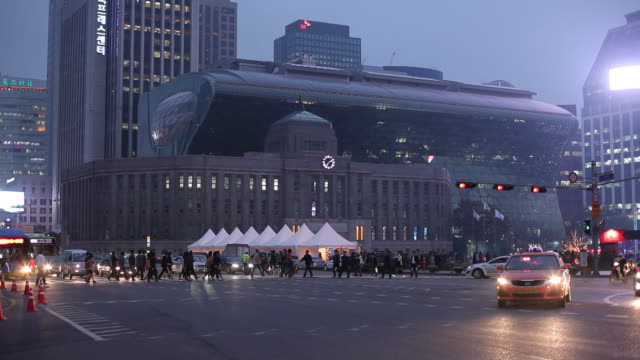 ws traffic on street at dusk/ seoul, south korea - 韓国点の映像素材/bロール