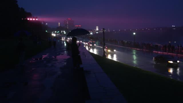 ws, pan, traffic on street at night, niagara falls, ontario, canada - 自然奇觀 個影片檔及 b 捲影像