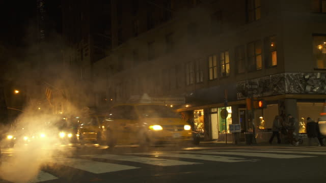 vídeos de stock e filmes b-roll de ws traffic on street at night, steam in foreground / new york city, new york, usa - vida noturna