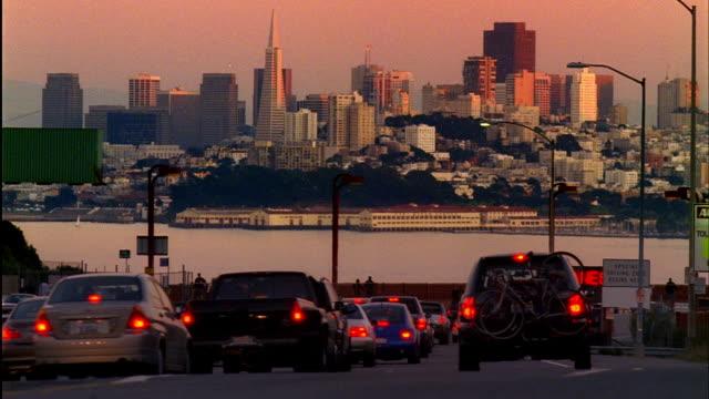 stockvideo's en b-roll-footage met cu, traffic on street at sunset, downtown skyline in background, san francisco, california, usa - baai van san francisco