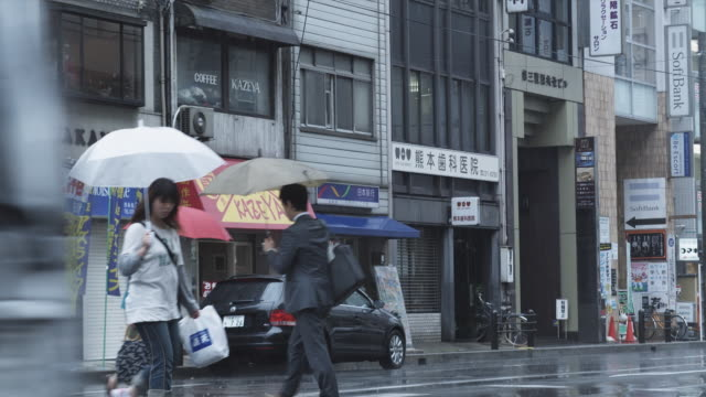 cu traffic on street in rain, kyoto, japan - awning stock videos and b-roll footage