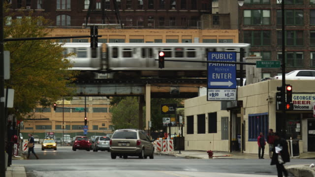 ws traffic on street intersection and chicago transit authority elevated train in the loop, chicago, illinois, usa - illinois stock-videos und b-roll-filmmaterial