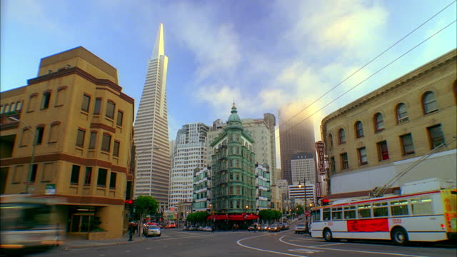 vidéos et rushes de t/l, ws, traffic on street intersection at zoetrope building and transamerica pyramid, san francisco, california, usa - transamerica pyramid san francisco