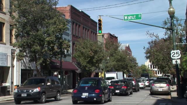 stockvideo's en b-roll-footage met ms, traffic on street intersection, broadway and walnut street, asheville, north carolina, usa - straatnaambord