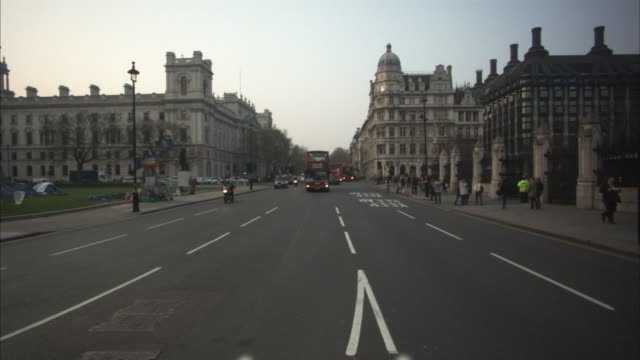 ws, traffic on street, london, england - kensington und chelsea stock-videos und b-roll-filmmaterial