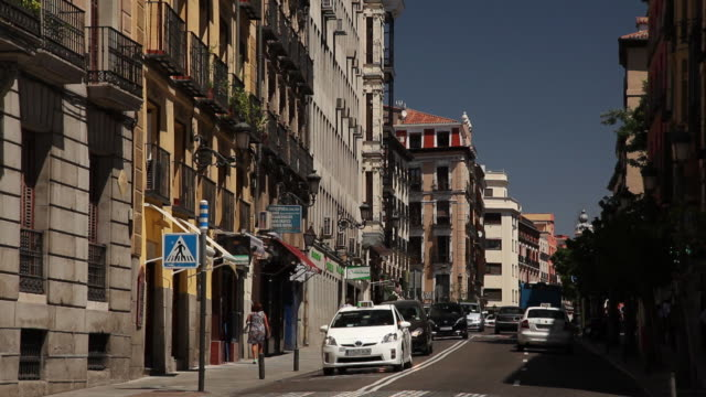 ws traffic on street / madrid, spain - campo totale video stock e b–roll