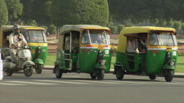 ms, traffic on street, new delhi, india - jinrikisha stock-videos und b-roll-filmmaterial